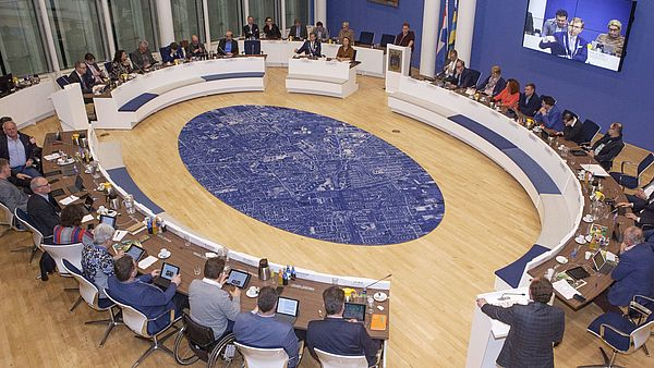 Overzichtsfoto van vergadering gemeenteraad