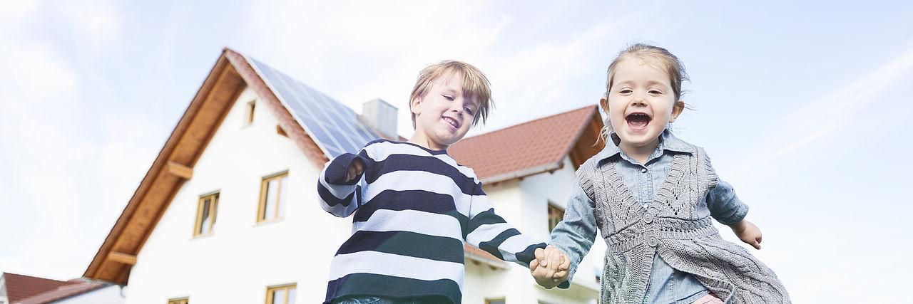 Kinderen voor een huis met zonnepanelen